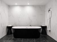 Pardoseala de marmura neagra pentru baie